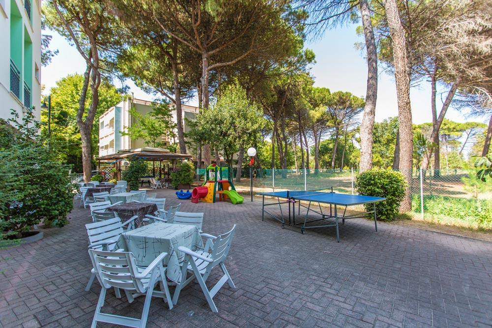 Area esterna Hotel con giochi vista Pineta Zadina di Cesenatico