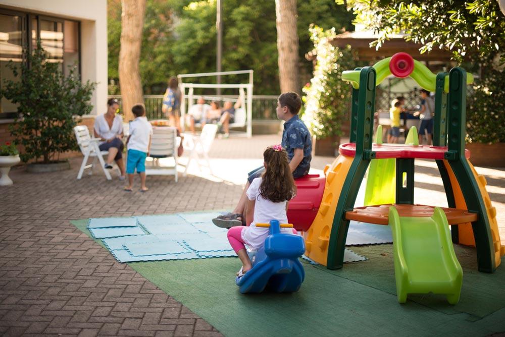 Giochi per bambini in giardino Hotel cesenatico Zadina
